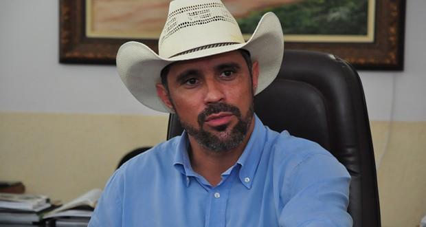 Justiça reconduz Amauri Ribeiro ao cargo de prefeito de Piracanjuba