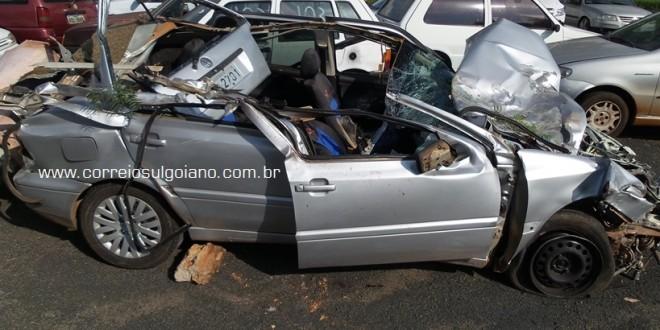 MORTE NO TRÂNSITO: carro bate em carreta estacionada – passageiro morre e condutor fica gravemente ferido