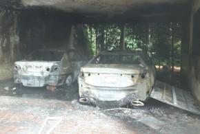 Fogo destrói parte de sobrado e dois carros na garagem, em Itumbiara