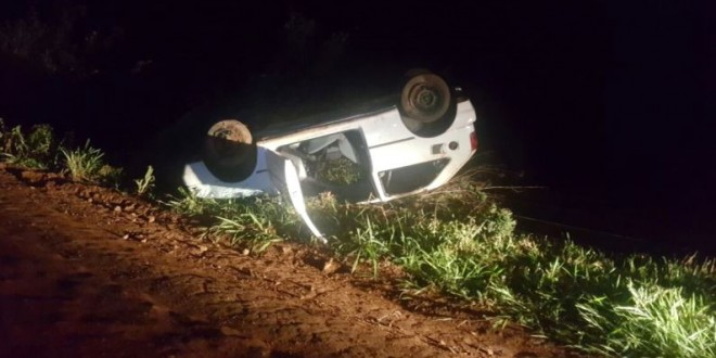 Condutor foge do bloqueio da PM, capota o carro, mas é detido por dirigir sob efeito de álcool