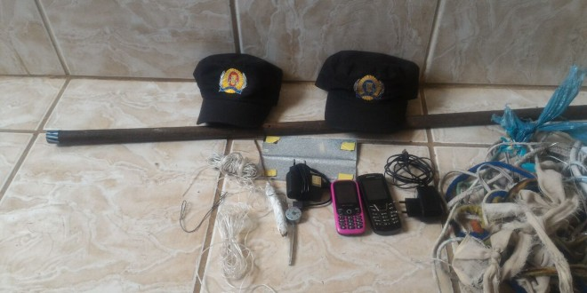 Cadeia Pública de Cromínia segue com riscos de motim e fuga! Em revista, PM encontrou celulares e armas artesanais
