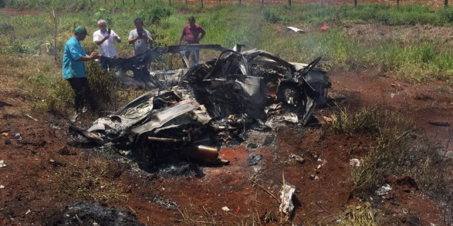 TRAGÉDIA: Mãe e filho morrem carbonizados! Carro bateu de frente com caminhão na BR-452