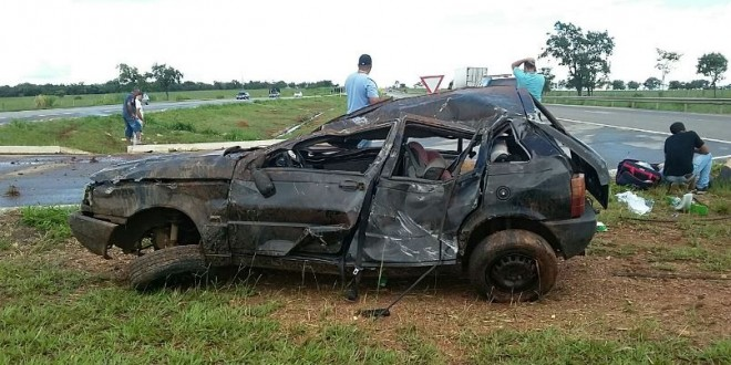 Bebê morre em acidente na BR-060… Fiat Uno capotou e criança foi arremessada para fora do carro!