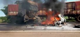 Motorista morre carbonizado após colisão entre Fiat Pálio e Carreta, na rodovia BR-452, em Itumbiara