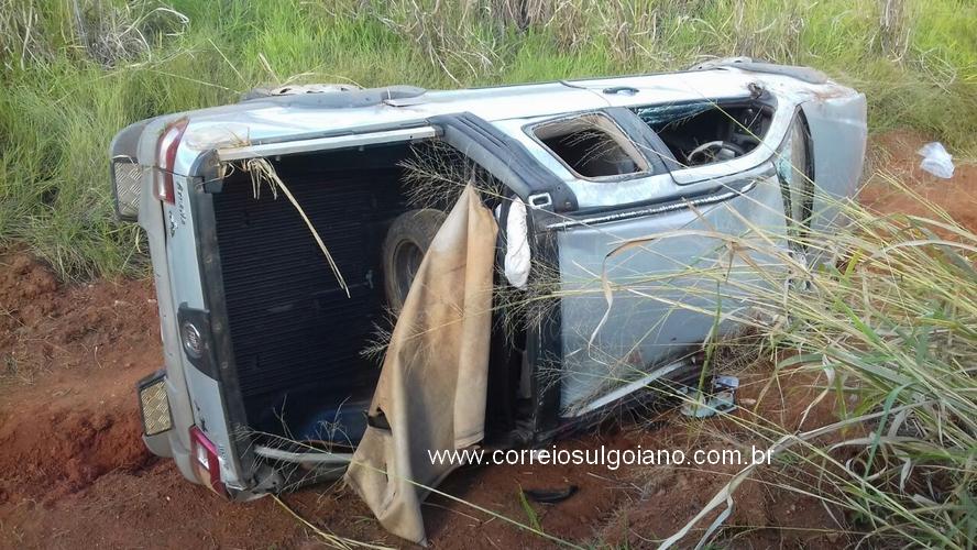 Após acidente carro cai no barranco