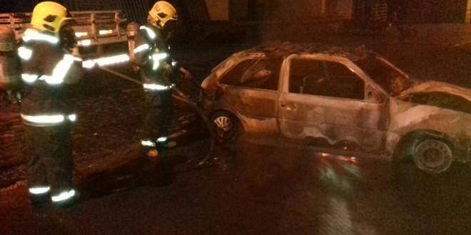 Carro pega fogo dentro da garagem e Corpo de Bombeiros age rápido para conter chamas e apagar o incêndio