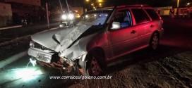 Condutor perde controle do carro e bate forte contra poste de energia elétrica em Morrinhos