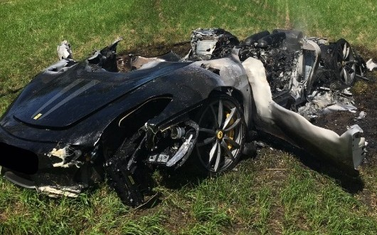 Homem destrói Ferrari minutos depois de sair da loja. Carro de R$ 1 milhão e meio pegou fogo!